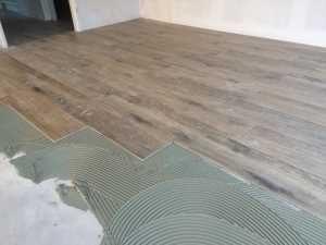 Is het mogelijk om keramisch parket over een bestaande vloer met